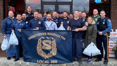 Photo of Hackettstown and Mansfield police hand out Thanksgiving meals for those in need (PHOTOS)